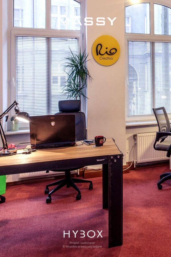 ciężki stół industrialny w biurze projektowym