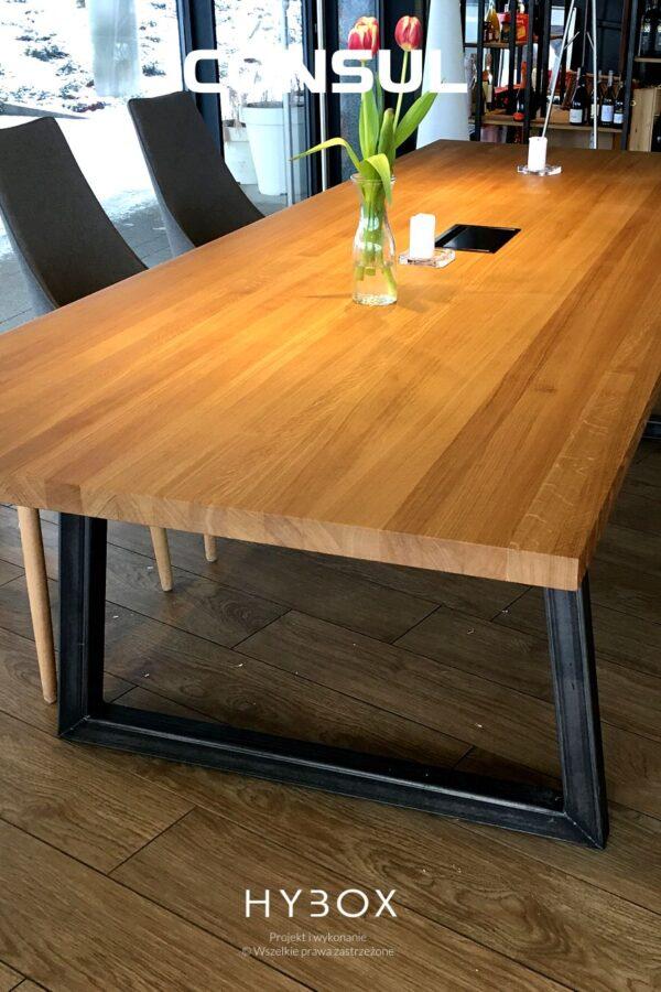 blat stołu konferencyjnego z litego drewna dębowego na profilach stalowych w kolorze bezbarwnym