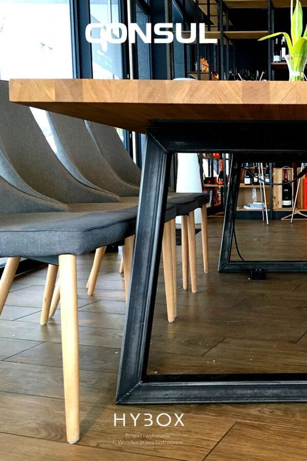 stół konferencyjny z dębowym blatem i nogami trapezowymi z profili stalowych