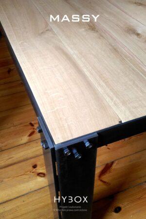 masywny stół industrialny z desek dębowych i konstrukcji stalowej w kolorze bezbarwnym