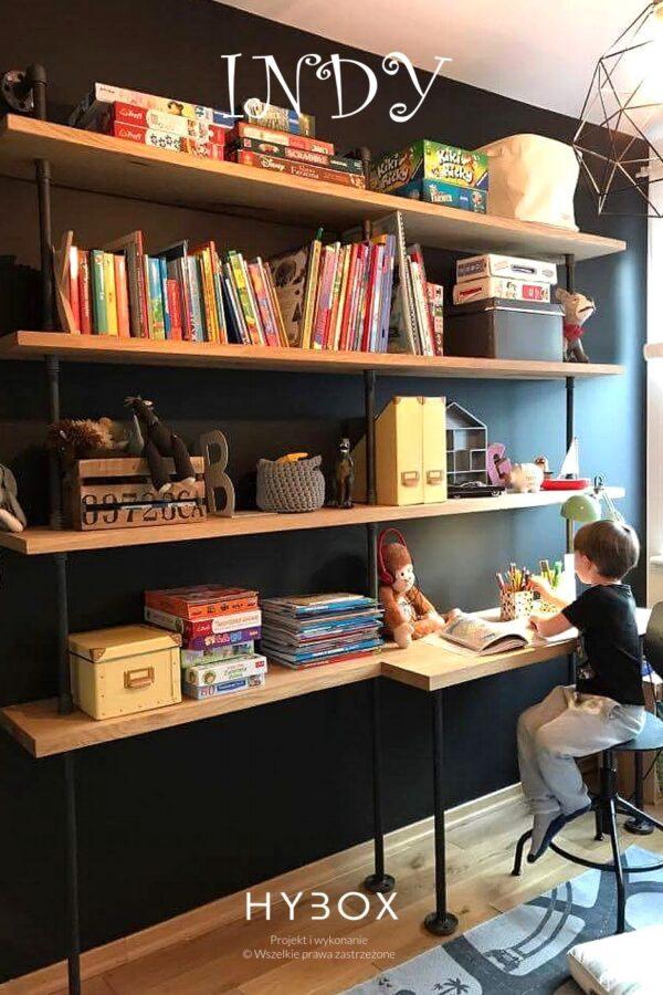 regał w stylu industrialnym z biurkiem i trzema półkami dębowymi na tle czarnej ściany