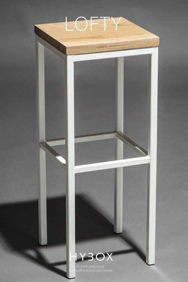 hoker barowy z drewnianym siedziskiem i konstrukcją stalową w kolorze białym