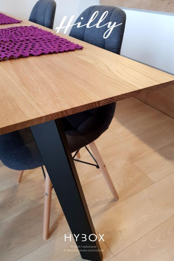 stół do salonu z dębowym blatem i czarnymi nogami trapezowymi