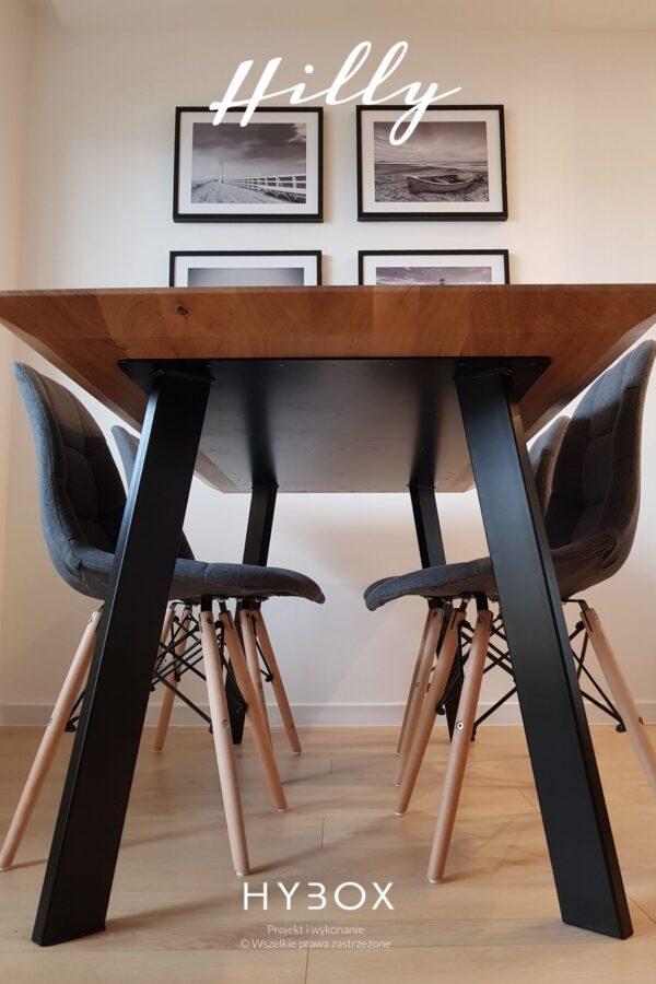 stół obiadowy w stylu loftowym z dreniwanym blatem i czarnymi nogami